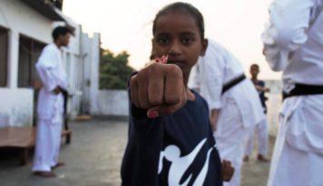 מהולנד להודו, בעקבות נערות אמיצות